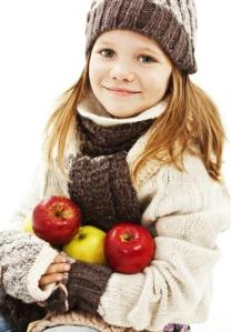 nina_abrigada_con_tres_manzanas